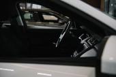 selektivní zaměření černého volantu v luxusním autě