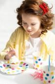 imádnivaló preteen nézett Cupcake születésnapi ünnepség során otthon