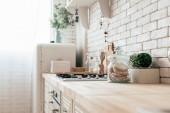 modern konyha hűtőszekrénnyel, sütővel és főzőedényekkel