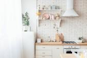 moderní lehká kuchyně, kuchyňské nádobí, kuchyňské náčiní a dekorace