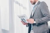 levágott kilátás üzletember öltöny Holding újság hivatalban a másolási tér