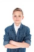 rozkošný chlapec v příležitostných šatech s zkříženýma rukama izolovanými na bílém