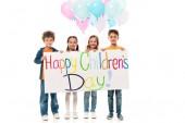 teljes hosszúságú kilátás a gyerekek gazdaság színes léggömbök és plakát elszigetelt fehér