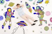 aranyos gyerek, kézzel közeli szemmel repülő térben közelében űrhajósokat fehér