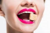 oříznutý pohled na šťastnou ženu konzumní cukr izolovaný kostky na bílém
