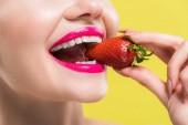 nyírt kilátás boldog nő eszik ízletes eper izolált sárga