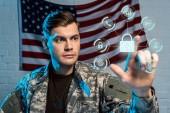 szelektív középpontjában az ember katonai egységes mutató ujjal a virtuális lakat