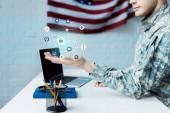vágott kilátás katona terhesség közelében laptop üres képernyő és az adatok vizualizáció