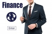 levágott kilátás üzletember öltöny gazdaság szemüveg közelében pénzügyi betűkkel a fehér
