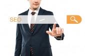 ostříhané zobrazení šťastného muže při formálním nošení ukazování prstem v adresním baru s SEO písmem na bílém