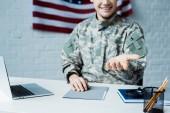 nyírt kilátás boldog katona terhesség közelében laptop hivatalban