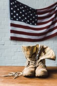 amerikai zászló közeli katonai csizma, csillagok és csíkok a téglafalnál