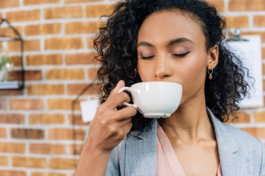 african american Casual businesswoman drinking coffee in office