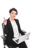 Veselá smíšená rasa obchodující s nápadem při sezení v kanceláři a používání notebooku izolovaného na bílém