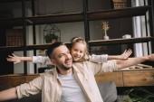 Šťastný otec s roztomilou dcerou jak se doma baví