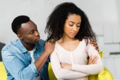 sconvolto donna afroamericana offesa sul fidanzato
