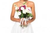 oříznutý pohled africké americké nevěsty na Buket izolovaný na bílém