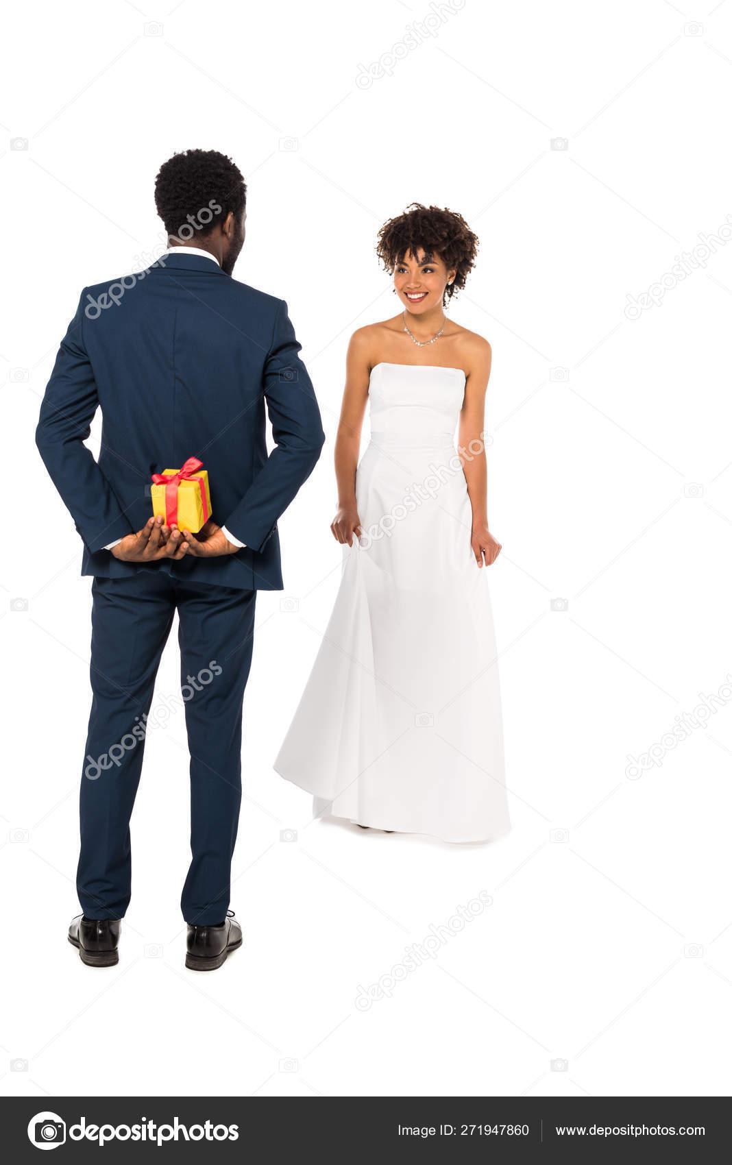 Abiti Da Sposa In Regalo.Retro Vista Dello Sposo Afroamericano Tenendo Scatola Regalo