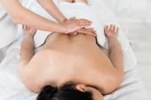 Fotografie abgeschnittene Ansicht von Masseur, der Massage zu Frau im Spa-Center macht