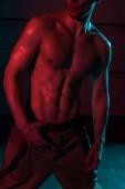 ostříhané zobrazení sexy ohnivžounu ve tmě