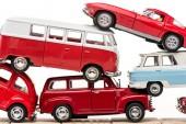 Fényképek színes játék autók és a játék busz elszigetelt fehér