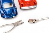 selektivní zaměření vozidel na hraní, francouzák a kleků na bílém povrchu