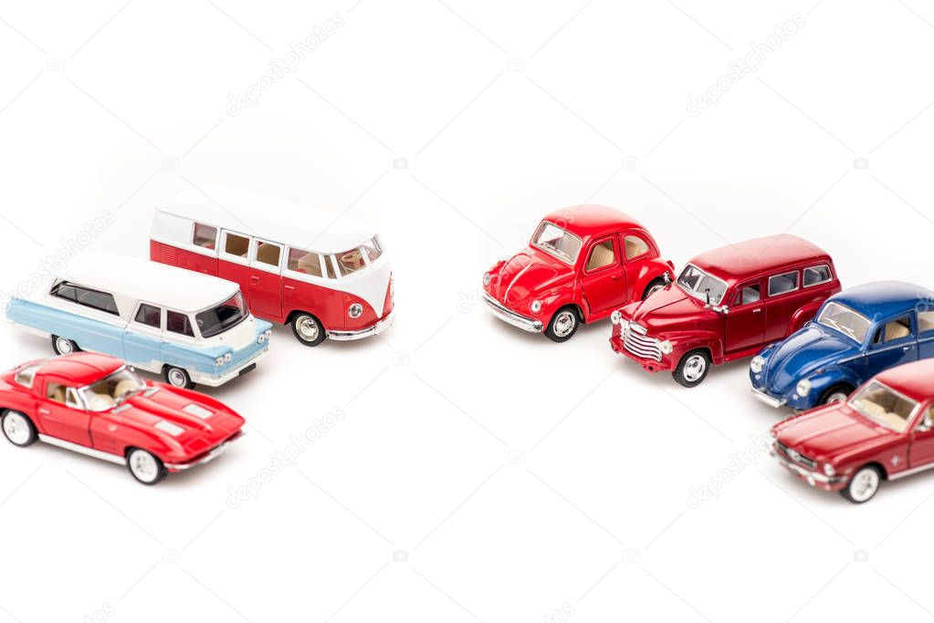 auto giocattolo colorate e autobus sulla superficie bianca