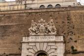 Rome, Olaszország-június 28, 2019: a Vatikán Múzeum külseje ősi szobrokkal