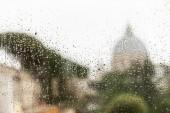 Fensterglas mit Regentropfen in Rom, Italien
