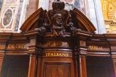 Rome, Olaszország-június 28, 2019: vallomás stand bazilikában Szent Péter a Vatikánban