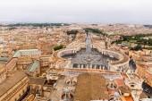 Řím, Itálie-28. červen 2019: letecký pohled na budovy a stromy pod šedou oblohou