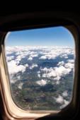 Letecký pohled na půdu pod mraky z plochy okna, Řím, Itálie
