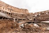Řím, Itálie-28. červen 2019: zříceniny Kolosea a davy turistů pod šedou oblohou