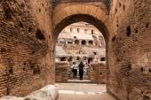 Roma, Italia - 28 giugno 2019: rovine di colosseo e folle di turisti sotto il cielo grigio