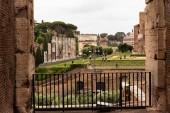rom, italien - 28. juni 2019: massen von touristen in der nähe von antiken gebäuden am römischen forum