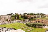 rom, italien - 28. juni 2019: touristen spazieren am römischen forum mit antiken gebäuden