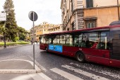 Rom, Italien - 28. Juni 2019: Menschenmenge und Transport auf der Straße