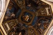 Rome, Olaszország-június 28, 2019: alulról kilátás mennyezet régi freskók a Vatikánban
