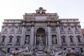 Roma, Italia - 28 giugno 2019: vecchio edificio con sculture sotto il cielo
