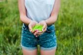 nyírt tekintettel a fiatal nő gazdaság zöld Holi festék a kezében