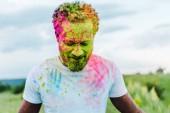 šťastný afroamerický muž s pestrým holím barvami na tváři