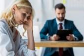 selektivní zaměření frustrovaného blonďaté zaměstnance v blízkosti náboru