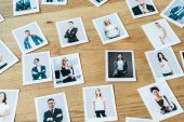 fotky s muži a ženami na dřevěném stole