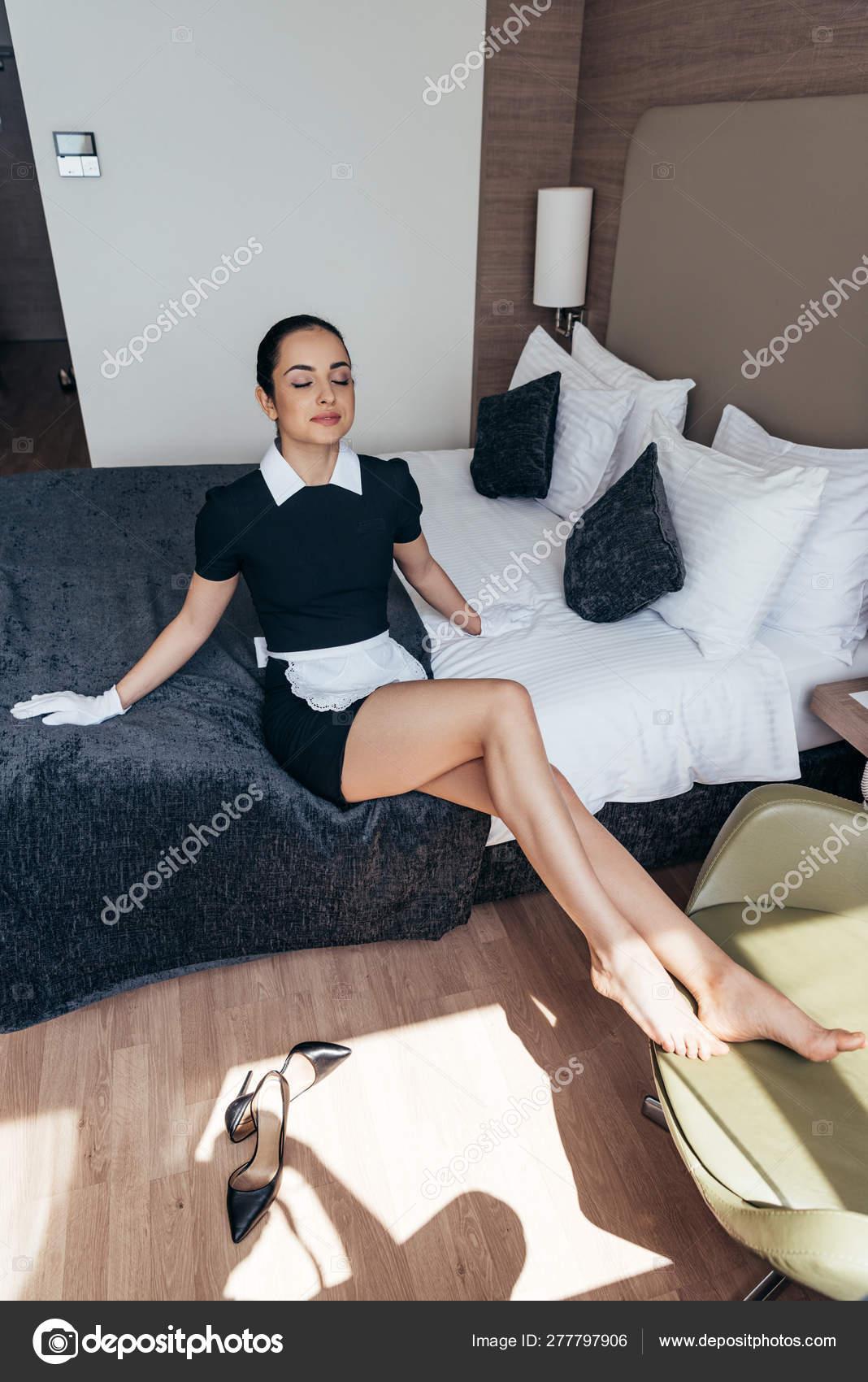 https://st4.depositphotos.com/12982378/27779/i/1600/depositphotos_277797906-stock-photo-barefoot-maid-white-apron-gloves.jpg
