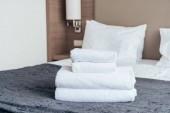 bílé ručníky na posteli v hotelovém pokoji