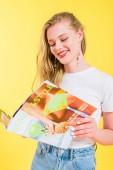 schöne Mädchen lesen Schönheit und Stil Magazin isoliert auf gelb