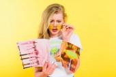 krásná překvapená dívka četla krásu a styl časopis Isolated on Yellow