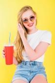 szép boldog lány napszemüveg itallal eldobható csésze izolált sárga
