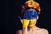 mosolygós meztelen fiatal nő Virág Koszorú festett ukrán zászlót bőrön kézzel izolált fekete