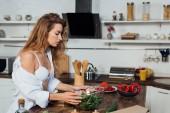 sexy zaostřená žena v bílé podprsence kuchyňský salát
